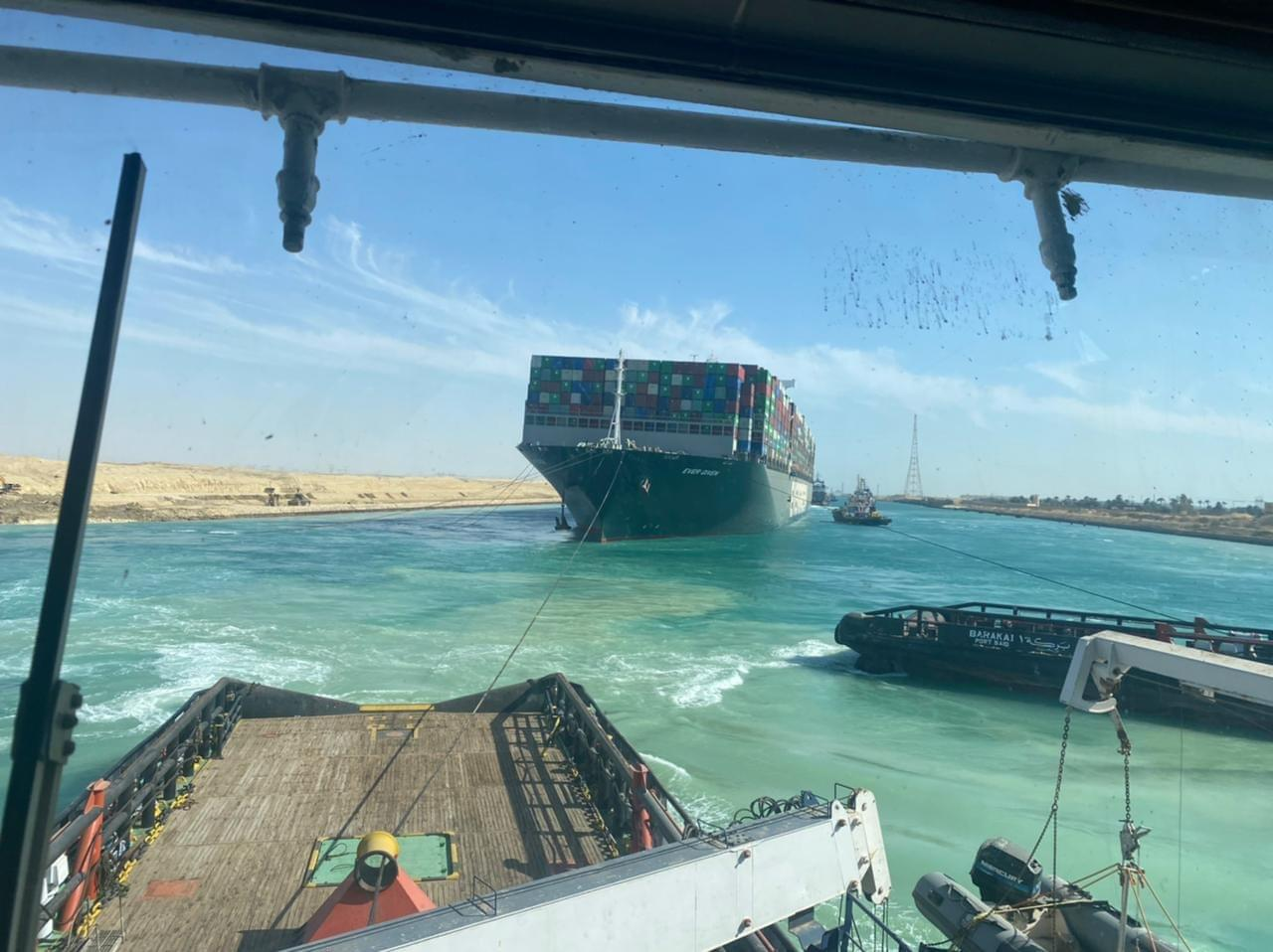 تعويم السفينة الجانحة فى قناة السويس (2)