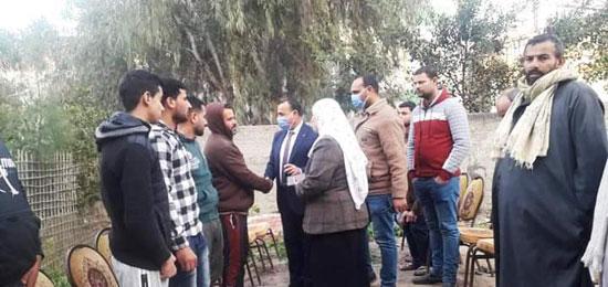 رئيس مدينة مطوبس مع أهالى الضحايا