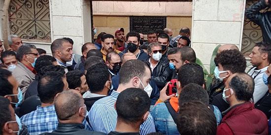 خالد يوسف خلال تشييع الجنازة(2)