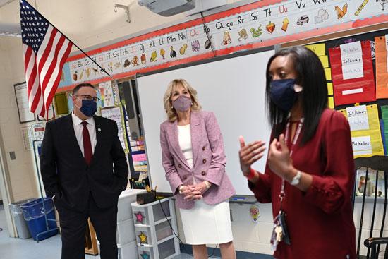 قرينة الرئيس الأمريكى تزور مدرسة ابتدائى برفقة وزير التعليم (4)