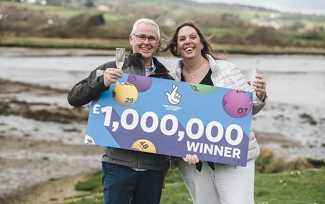 زوجان يربحان جائزة يانصيب مليون جنية أسترلينى  (2)