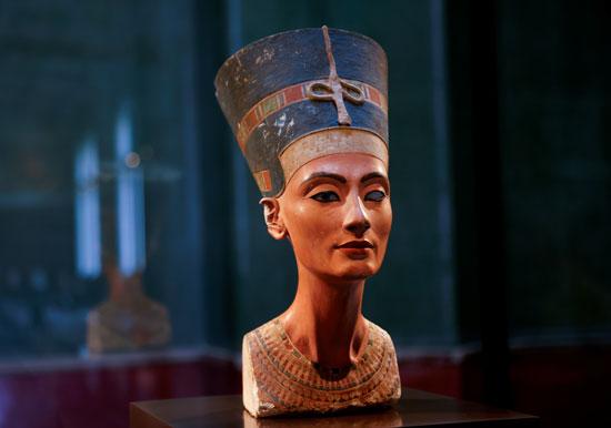 تمثال نصفي للملكة نفرتيتي في قاعة العرض المغلقة دون زوار المتحف المصري ومجموعة البردي (3)