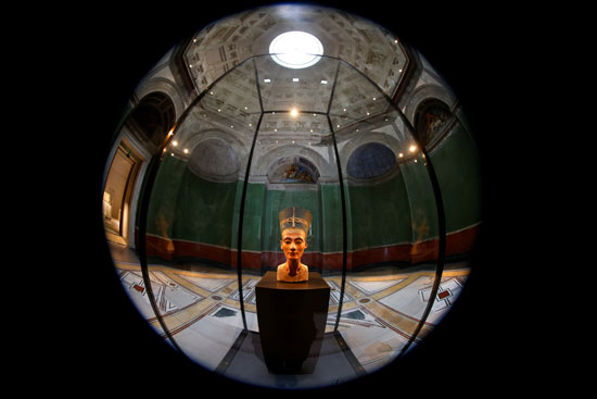 تمثال نصفي للملكة نفرتيتي في قاعة العرض المغلقة دون زوار المتحف المصري ومجموعة البردي (1)