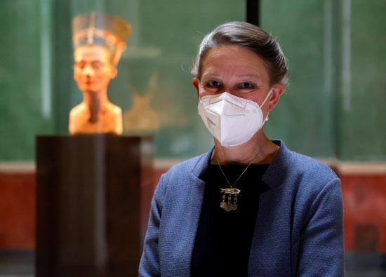 فريدريك سيفريد ، مدير المتحف المصري ومجموعة البرديات بجانب تمثال الملكة نفرتيتي   (2)