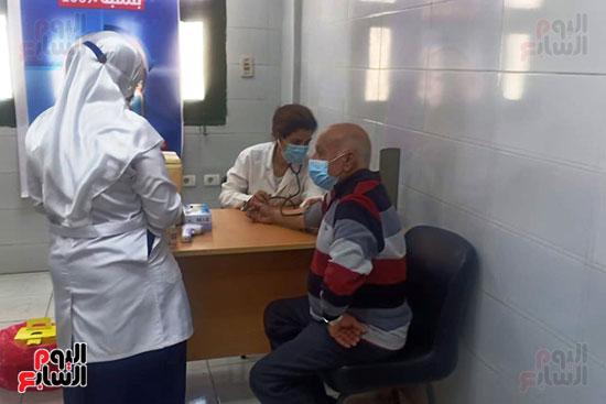 مواطن-أثناء-تلقي-اللقاح