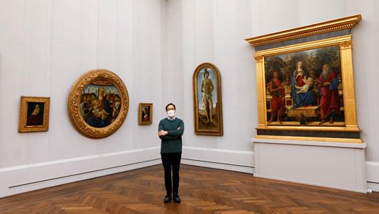 جوليان شابوي ، مدير متحف بود ومجموعة Gemaeldegalerie يقف بجانب لوحة ساندرو بوتيتشيلي العذراء والطفل مع ملائكة الغناء