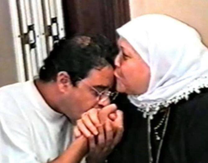 مدحت صالح يقبل يد والدته