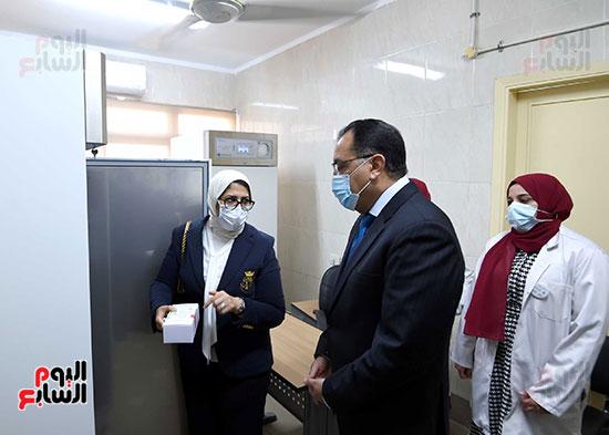 الدكتور مصطفى مدبولي يتابع حملة تطعيم المواطنين أصحاب الأمراض المزمنة وكبار السن بلقاح كورونا (17)