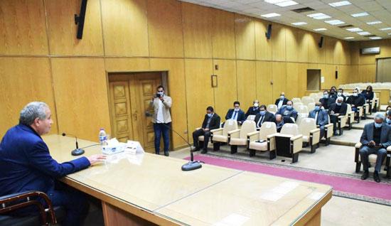 وزير-التموين-خلال-اجتماعه-مع-أصحاب--ومديرى-السلاسل-التجارية-والشركات-الغذائية (1)