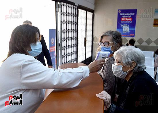 الدكتور مصطفى مدبولي يتابع حملة تطعيم المواطنين أصحاب الأمراض المزمنة وكبار السن بلقاح كورونا (5)