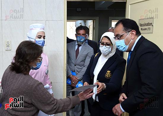 الدكتور مصطفى مدبولي يتابع حملة تطعيم المواطنين أصحاب الأمراض المزمنة وكبار السن بلقاح كورونا (16)