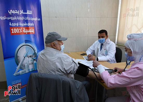 الدكتور مصطفى مدبولي يتابع حملة تطعيم المواطنين أصحاب الأمراض المزمنة وكبار السن بلقاح كورونا (8)