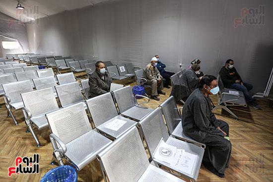 مواطنين ينتظرون حصولهم على لقاح كورونا