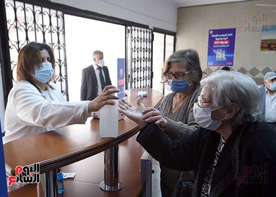 الدكتور مصطفى مدبولي يتابع حملة تطعيم المواطنين أصحاب الأمراض المزمنة وكبار السن بلقاح كورونا (6)