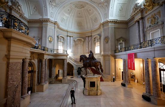 نسخة من تمثال الفروسية للناخب العظيم أندرياس شلويتر ، في قاعة المدخل المغلقة