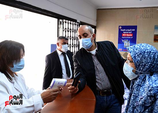 الدكتور مصطفى مدبولي يتابع حملة تطعيم المواطنين أصحاب الأمراض المزمنة وكبار السن بلقاح كورونا (2)