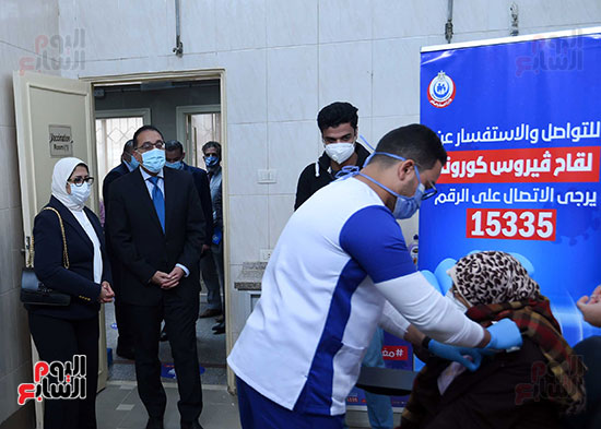 الدكتور مصطفى مدبولي يتابع حملة تطعيم المواطنين أصحاب الأمراض المزمنة وكبار السن بلقاح كورونا (13)