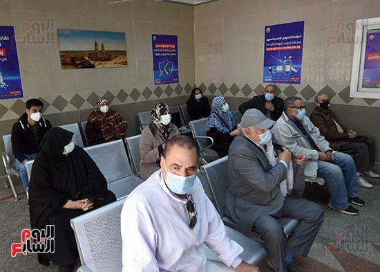 الدكتور مصطفى مدبولي يتابع حملة تطعيم المواطنين أصحاب الأمراض المزمنة وكبار السن بلقاح كورونا (3)