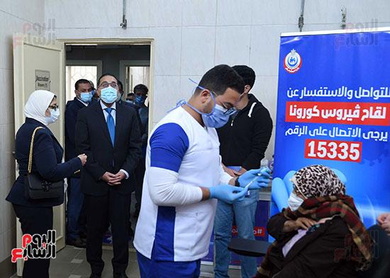 الدكتور مصطفى مدبولي يتابع حملة تطعيم المواطنين أصحاب الأمراض المزمنة وكبار السن بلقاح كورونا (15)