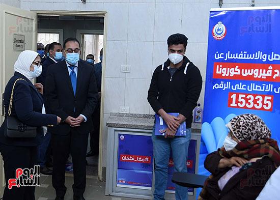 الدكتور مصطفى مدبولي يتابع حملة تطعيم المواطنين أصحاب الأمراض المزمنة وكبار السن بلقاح كورونا (14)