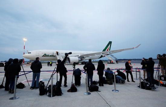 وسائل الإعلام في إنتظار البابا في مطار العراق