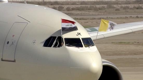 طائرة البابا تحمل علم العراق والفاتيكان