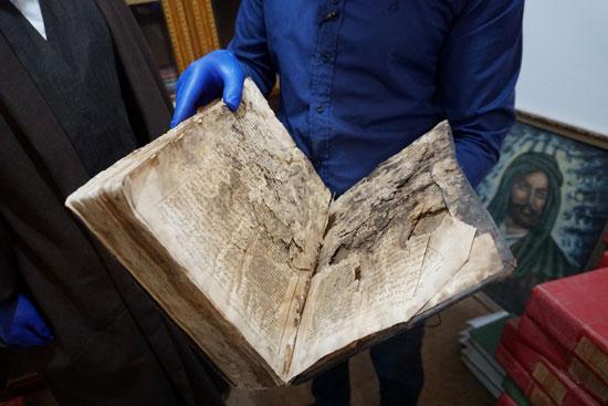 الكتاب المقدس في مستودع  ترميم المخطوطات العتيقة