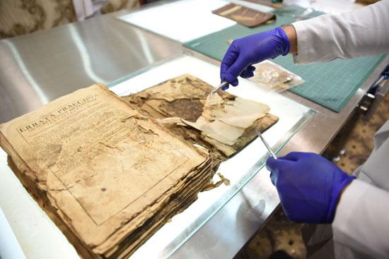 ترميم مخطوطة في العراق بمناسبة قدوم البابا