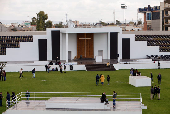 متطوعون من الكنائس يعدون ملعب فرانسو الحريري