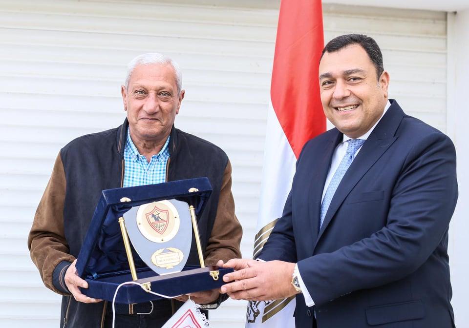 الزمالك يهدي السفير المصري درع النادي