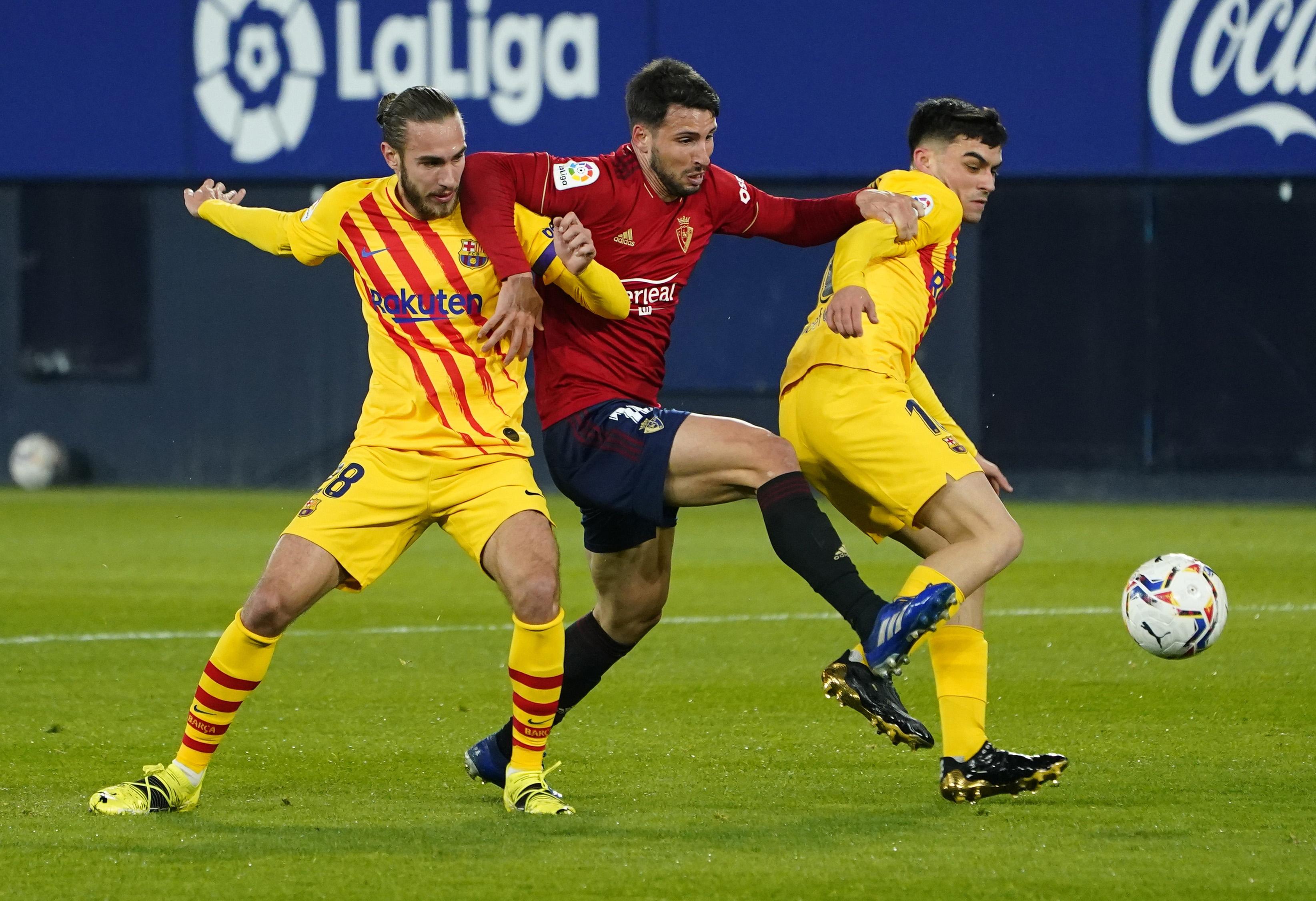 لاعب أوساسونا محاصر بين ثنائى برشلونة