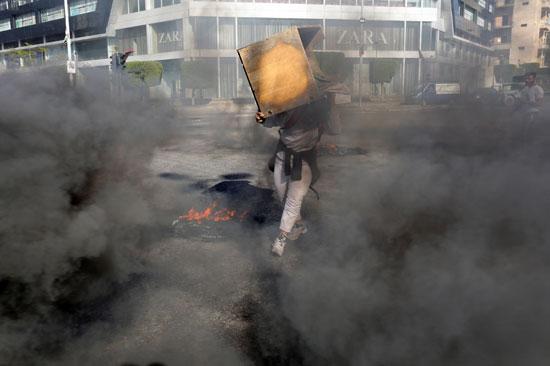 لبنانيون يقطعون الطرقات احتجاجاً على تردى الأوضاع المعيشية (5)