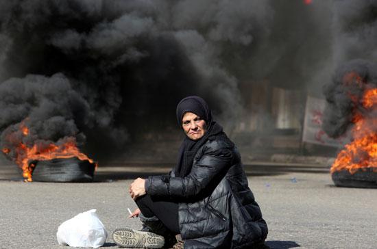 لبنانيون يقطعون الطرقات احتجاجاً على تردى الأوضاع المعيشية (6)