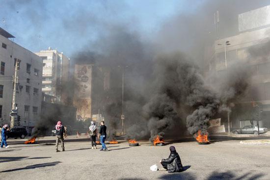 لبنانيون يقطعون الطرقات احتجاجاً على تردى الأوضاع المعيشية (3)