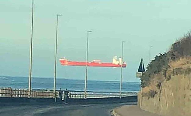 سفن تبدو تسبح في الهواء بإنجلترا (1)