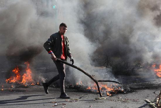 لبنانيون يقطعون الطرقات احتجاجاً على تردى الأوضاع المعيشية (7)