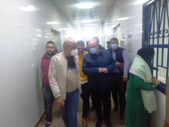 جانب من زيارة المحافظ للمستشفى