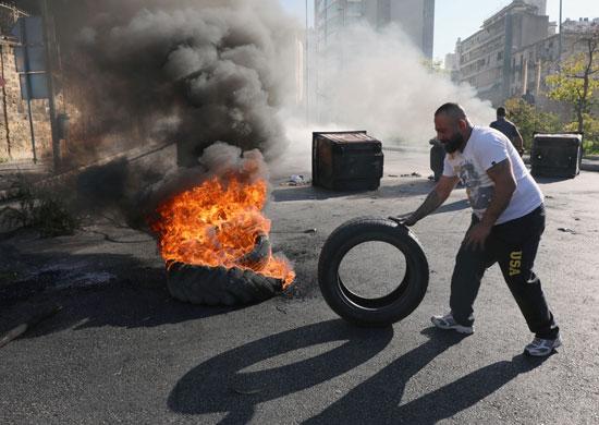 لبنانيون يقطعون الطرقات احتجاجاً على تردى الأوضاع المعيشية (8)