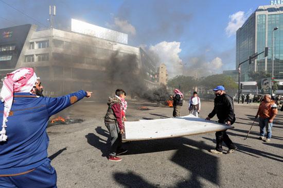 لبنانيون يقطعون الطرقات احتجاجاً على تردى الأوضاع المعيشية (4)
