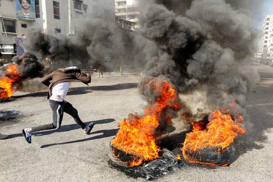 لبنانيون يقطعون الطرقات احتجاجاً على تردى الأوضاع المعيشية (2)