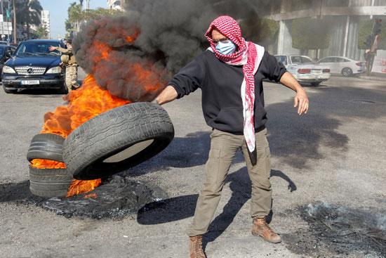 لبنانيون يقطعون الطرقات احتجاجاً على تردى الأوضاع المعيشية (1)