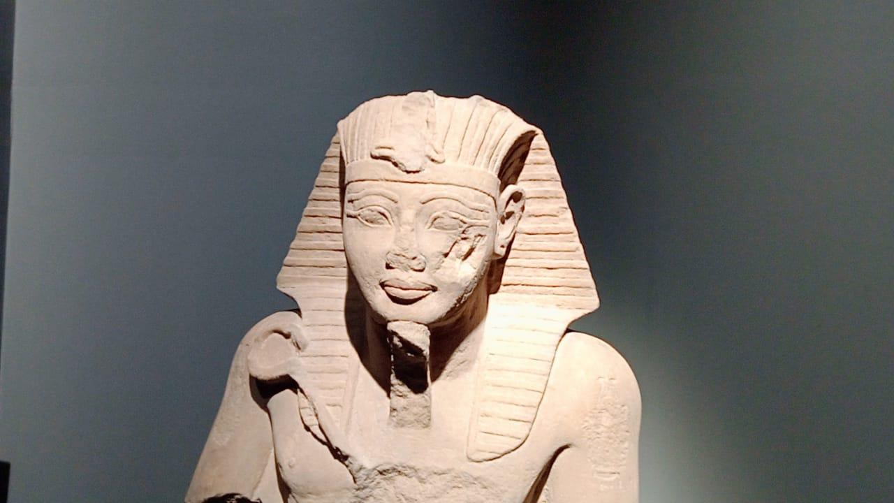 قطع اثرية بالمتحف وتماثيل