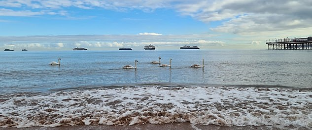 سفن تبدو تسبح في الهواء بإنجلترا (3)
