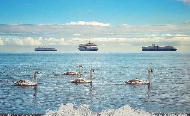 سفن تبدو تسبح في الهواء بإنجلترا (2)
