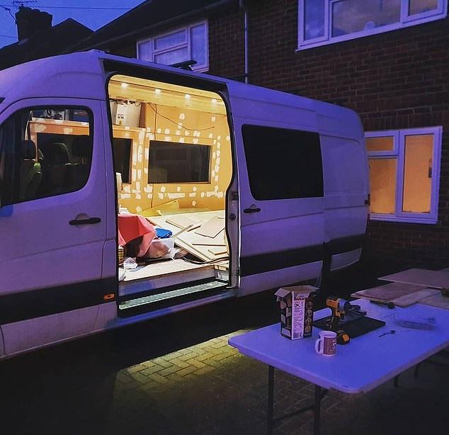 شاب يحول حافلة إلى منزل لحبه للسفر لتوفير نفقات الفنادق في بريطانيا (3)