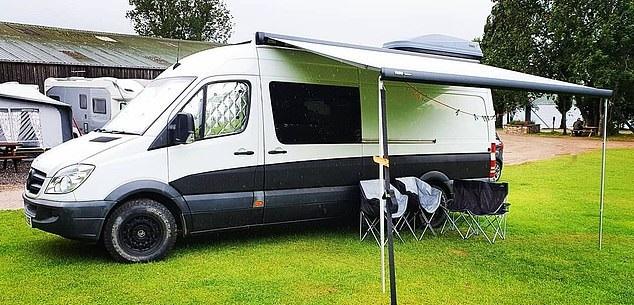 شاب يحول حافلة إلى منزل لحبه للسفر لتوفير نفقات الفنادق في بريطانيا (7)