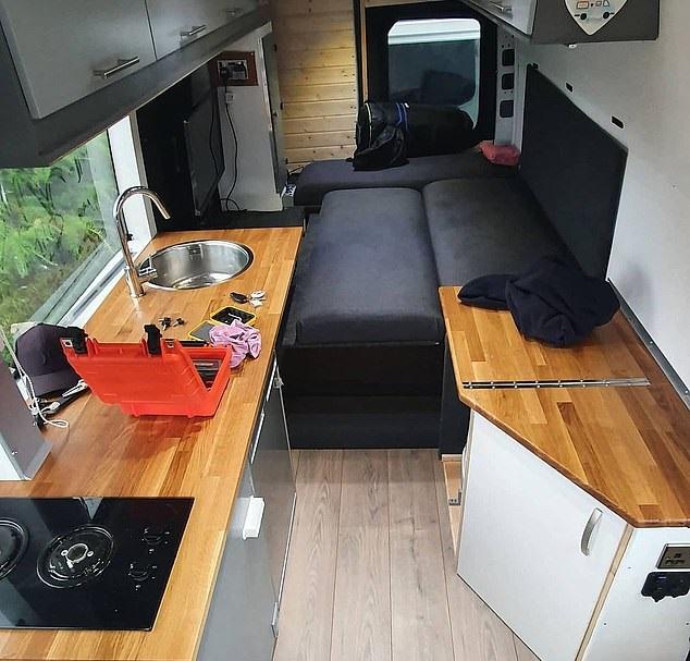 شاب يحول حافلة إلى منزل لحبه للسفر لتوفير نفقات الفنادق في بريطانيا (6)