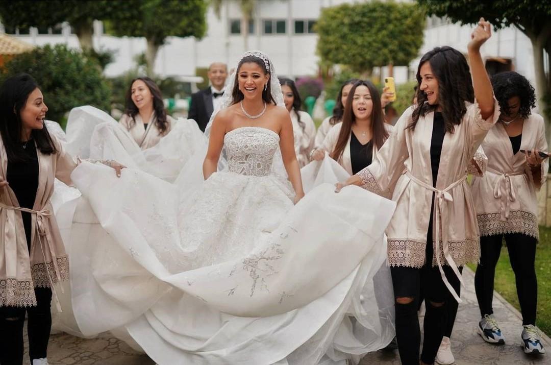 جانب من جلسة تصوير دينا داش فى حفل زفافها مع اصدقائها