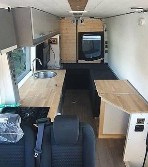 شاب يحول حافلة إلى منزل لحبه للسفر لتوفير نفقات الفنادق في بريطانيا (4)