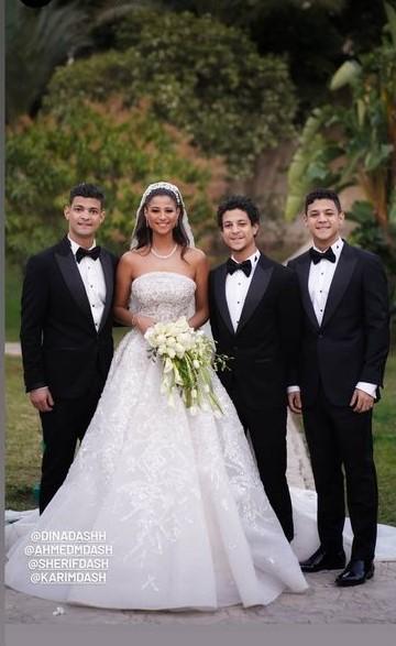 دينا داش تتوسط اشقائها فى حفل زفافها